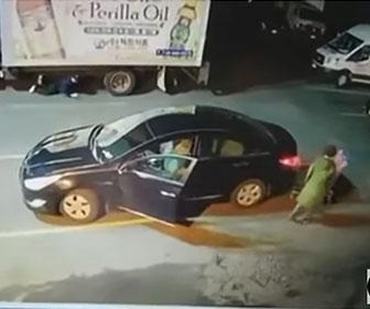 【泥棒】ショッピングカートを車に当てて泥棒が巧みに車内の財布を盗む衝撃映像