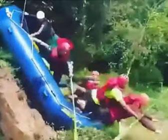 【衝撃】ラフティングツアーで川にボートで滑り下りようとするが…