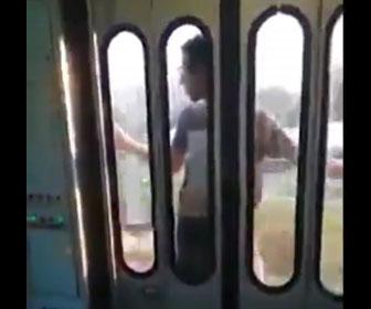 【衝撃】猛スピードで走る電車の外側にしがみ付く男