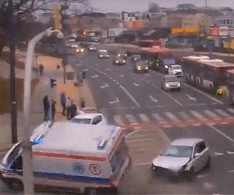 【事故】猛スピードで走る救急車が交差点で車と接触、横転してしまう事故映像