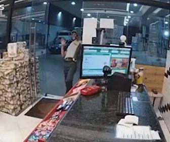 【強盗】非番の警察官がいるガソリンスタンドに銃を持った強盗2人が現れ…