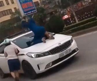 【暴行】妻が夫と浮気相手が乗った車のフロントガラスに乗り…衝撃映像