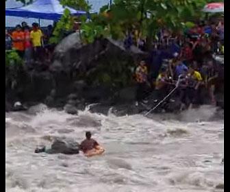 【災害】濁流に流されそうな女性を救出する衝撃映像