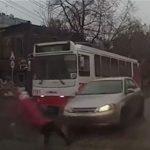 【事故】道を渡ろうとする女性が濡れた路面に足を滑らせ、猛スピードの車に轢かれてしまう