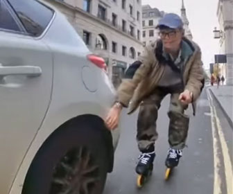 【事故】ローラーブレードでロンドンの街を走る男性。突然空いた車のドアに激突してしまう。