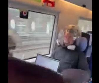 【衝撃】コロナ対策で頭からかぶるマスク「Covidisor」をかぶり電車に乗るカップル