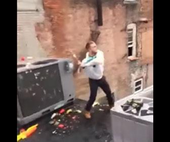 【衝撃】男がバットでビール瓶を打とうとするが失敗し…
