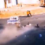 【事故】猛スピードの軽トラックがバイクと歩行者をはね飛ばす衝撃事故映像
