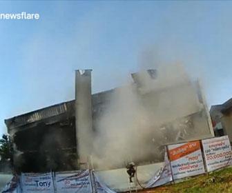 【衝撃】消防士が火災が発生した建物に近づくが建物が突然崩壊してしまう衝撃映像