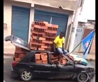 【衝撃】乗用車に大量のレンガを積んで走る衝撃映像