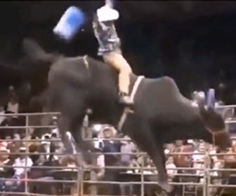 【動物】暴れ牛を乗りこなすメキシコのカウボーイが凄い