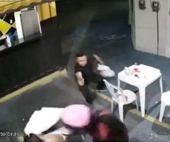 【強盗】店に銃を持った強盗2人が現れるが客が至近距離から銃で強盗を撃ちまくる衝撃映像