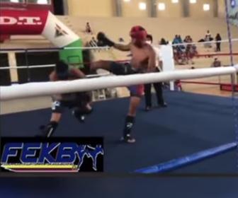 【ショッキング】キックボクシングの試合で強烈なハイキックをくらい意識を失う男性