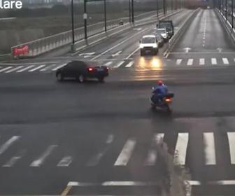 【事故】猛スピードの車が信号無視のスクーターを避けるが車は道から9m下の土手に落下してしまう