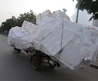【動画】大量の荷物を運ぶ、過積載のバイクがヤバい