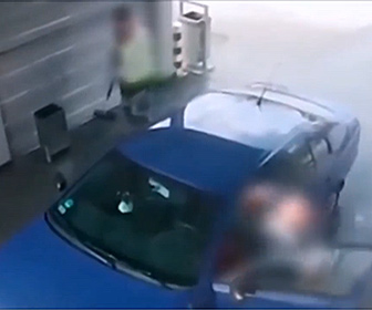 【衝撃】車を洗車中、突然強盗が車に乗り込み車を奪おうとする衝撃映像