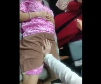 【衝撃】男性医師が女性の股間を押しまくる衝撃映像