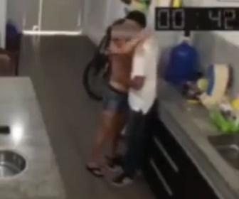 【衝撃】妻が家に男を連れ連れ込み、いちゃついている時に夫が帰宅してしまい…