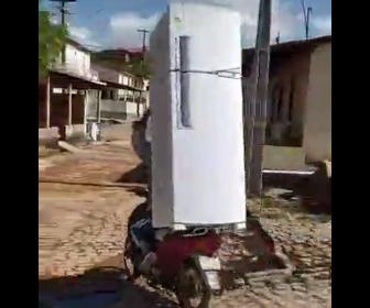 【衝撃】大きな冷蔵庫をバイクで運ぶ男性が凄い