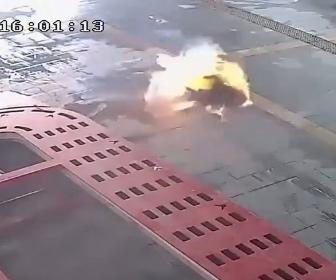 【衝撃】爆発したミニバスから火だるまになった運転手が自動車修理店に飛び込んでくる衝撃映像