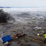 【津波】波が引いた直後に大波が迫ってくる。漁師が必死に逃げる映像が凄い
