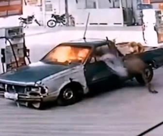 【衝撃】ガソリンスタンドでおんぼろ車が給油中、突然火が出てしまう