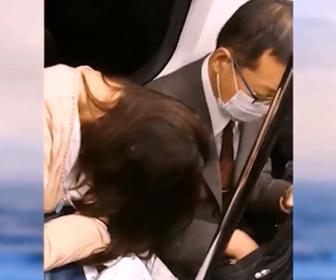 【動画】地下鉄でおじさんに寄りかかり寝ている女性におじさんが…