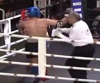 【衝撃】キックボクシングの試合で選手のバックハンドブローがレフェリー直撃し意識を失う