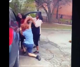 【暴行】女2人が郵便局員に殴りかかる衝撃映像