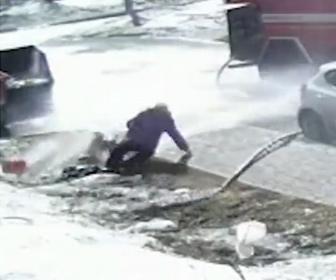 【衝撃】勢いが強くなった消化ホースを消防士が放してしまい、お婆さんがホースに足を取られ転倒