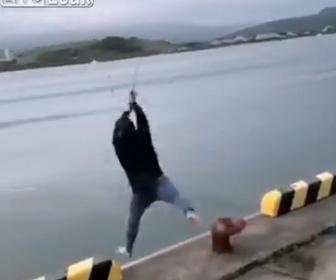 【衝撃】港で投げ釣りをする男性が…