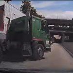 【事故】突然大型トラックが車線変更し進路を塞がれた車が激突してしまう事故映像