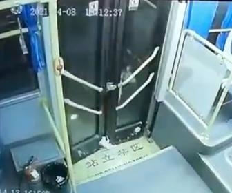 【衝撃】少女がバスのドアに足を挟まれ、バスが動き出してしまう衝撃映像