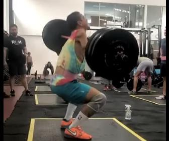 【衝撃】片腕の男性が195ポンド(88キロ)のバーベルを持ち上げる衝撃映像
