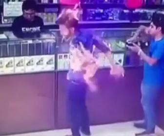 【衝撃】たばこ店で男性がタバコに火をつけた瞬間…