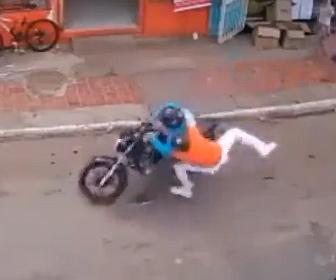 【衝撃】バイクで逃走しようとする強盗におじさんが飛びかかる衝撃映像