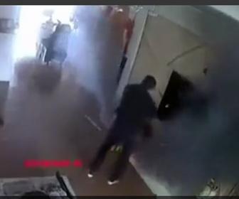 【爆発】部屋で充電中の車のバッテリーから煙が出始め、男性が近づいた瞬間大爆発する衝撃映像