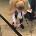 【衝撃】ATMでお金をおろす女性のパンツが足首まで下がっている衝撃映像