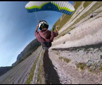 【動画】オーストリア、アルプスをパラグライダーで超低空飛行する映像が凄い