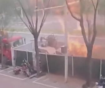 【衝撃】作業員が誤ってガス管を傷つけ、大爆発し炎が噴き出る衝撃映像