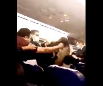 【暴行】出発が6時間遅れた機内で乗客が激しい殴り合いになる衝撃映像