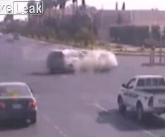 【事故】信号無視の車が交差点で車と激突する事故映像