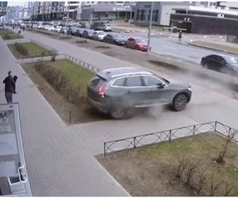 【事故】バックで暴走する車が歩道にいる親子に突っ込んでくる衝撃映像