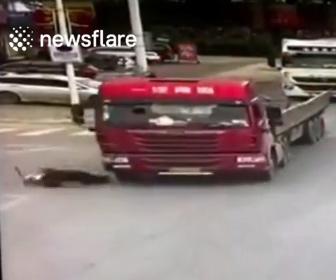 【事故】横断歩道で渡ろうとする老人が大型トラックの死角に入ってしまい…