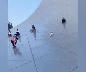 【動画】中国にある観賞用建築物、高さ150m建設費16億の『生命之環』を滑って遊ぶ中国人