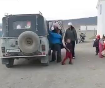 【衝撃】学校に子供を運ぶ車から信じられない数の子供が出てくる衝撃映像