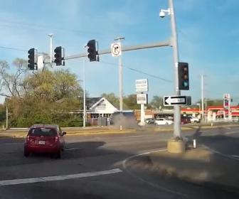 【事故】女性が運転する車が時速130キロで中央分離帯でジャンプし自動車修理店に突っ込む事故映像