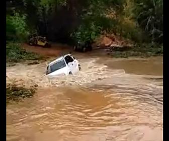 【事故】家族4人が乗るSUV車が濁流を渡ろうとするが…