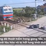 【事故】バイクライダーが遮断機に激突し線路の上に転倒。動けないライダーに電車が…