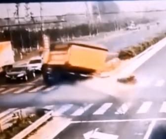 【事故】交差点でバイクを避けようとしたダンプカーが反対車線に突っ込み車を押しつぶしてしまう